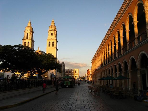 Foto da praça central de Campeche.