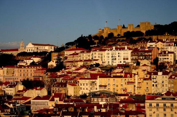 Foto da colina de Lisboa ao entardecer.