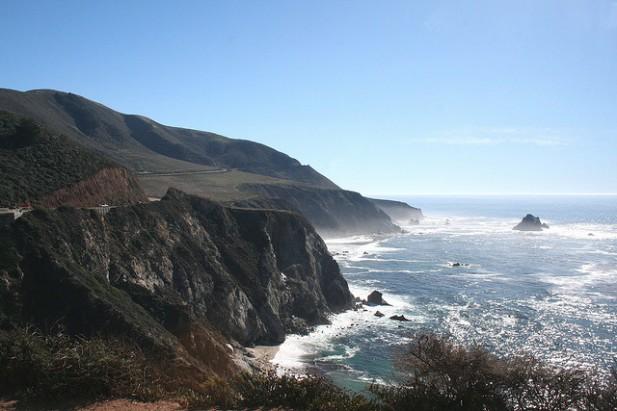 Foto de paisagem de rochas e mar no Big Sur.