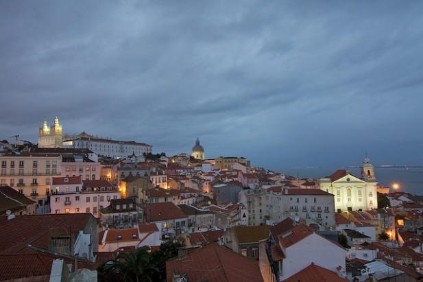 Foto à noite de Alfama, Lisboa.