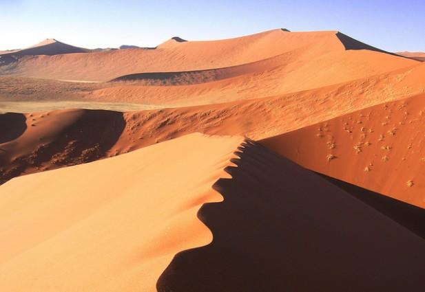 Sossusvlei com marcas do vento nas dunas.