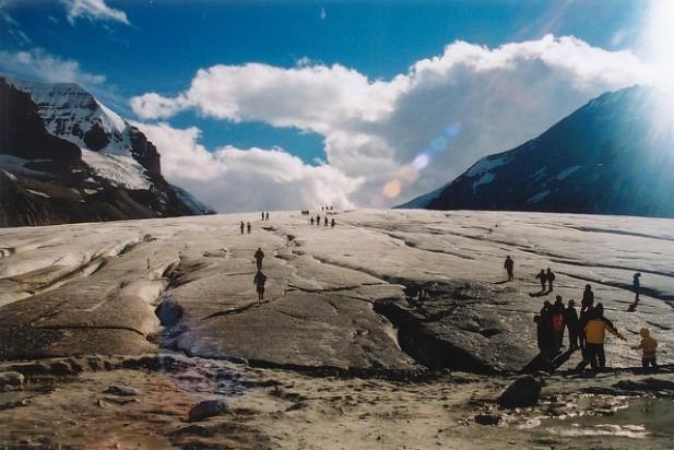 Glacier com turistas nas Canadian Rockies.