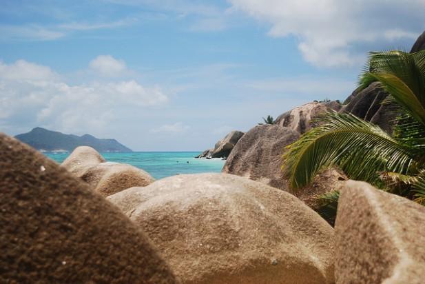 Foto de paisagem depois de rochas nas Seychelles.