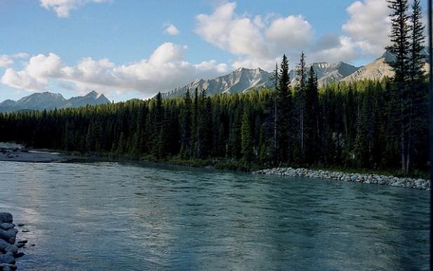 Foto de rio nas Canadian Rockies.