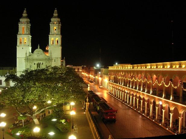 Foto da praça central de Campeche à noite.