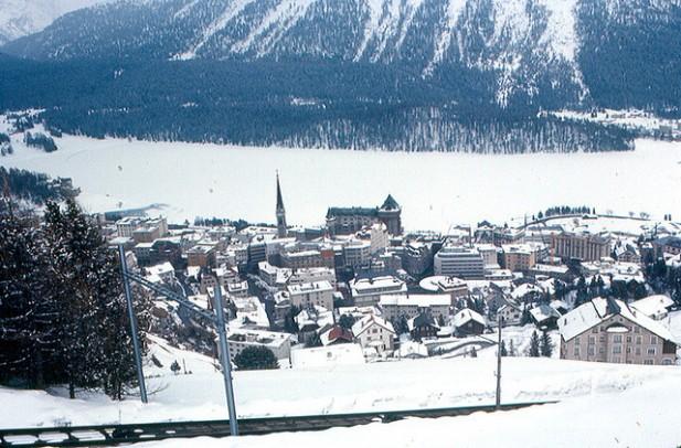 Foto do lago de St. Moritz gelado e com neve.