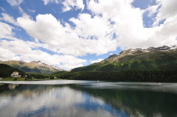 Foto do lago de St. Moritz com montanhas ao fundo.