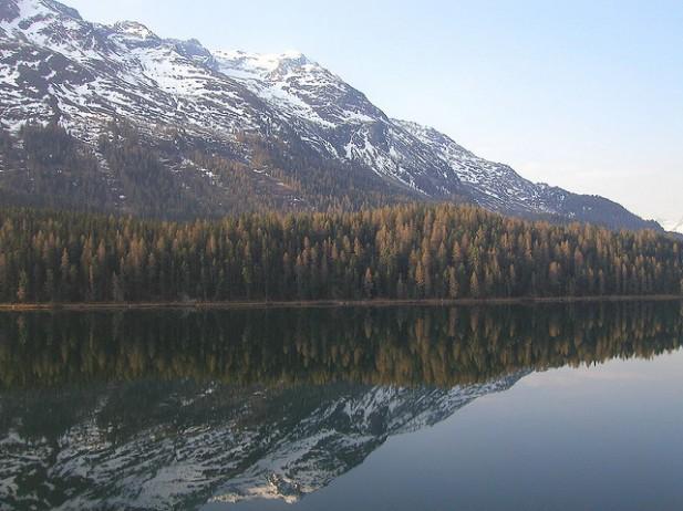 Foto do lago de St. Moritz na primavera.