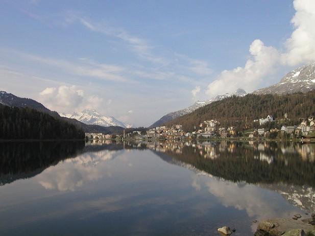 Foto do lago de St. Moritz sob o sol.