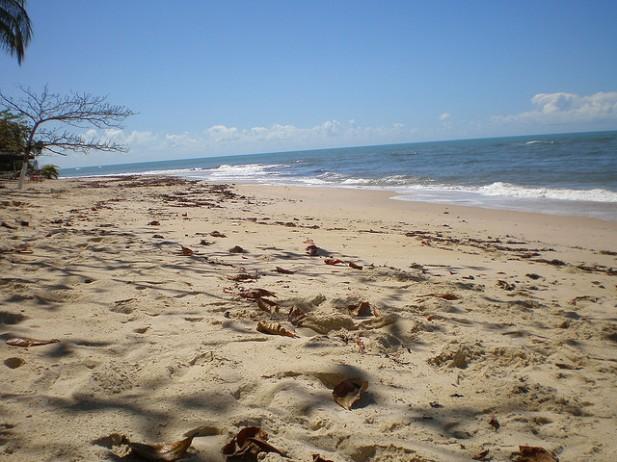 Foto de areia e mar em praia de Porto Seguro, Brasil.