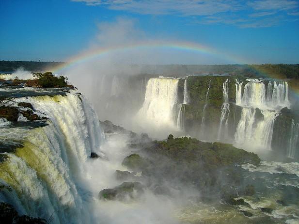 Foto das Cataratas do Iguaçu com arco-íris.