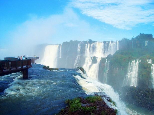 Foto das Cataratas do Iguaçu com passadeiras.