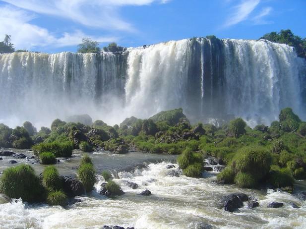 Foto das Cataratas do Iguaçu de frente.