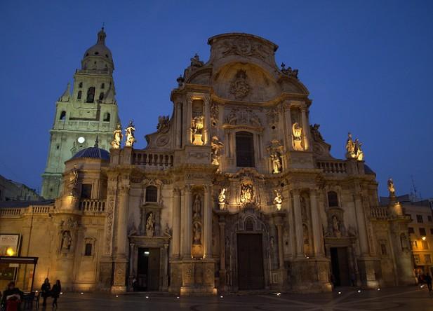Foto da Catedral de Murcia à noite.