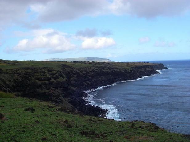 Foto da costa norte da Ilha da Páscoa.