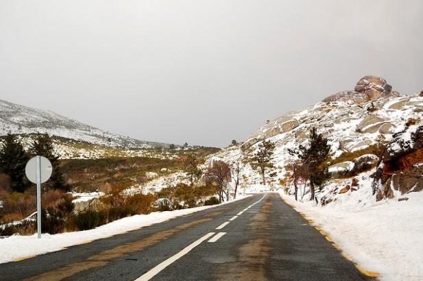 Foto de estrada com neve na Serra da Estrela.