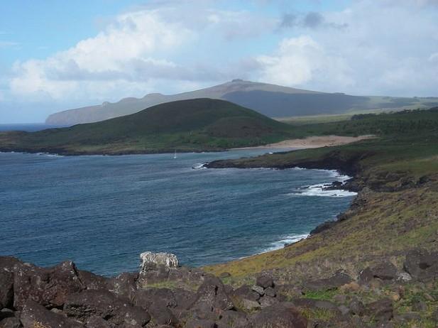Foto da praia Anakena da Ilha da Páscoa.