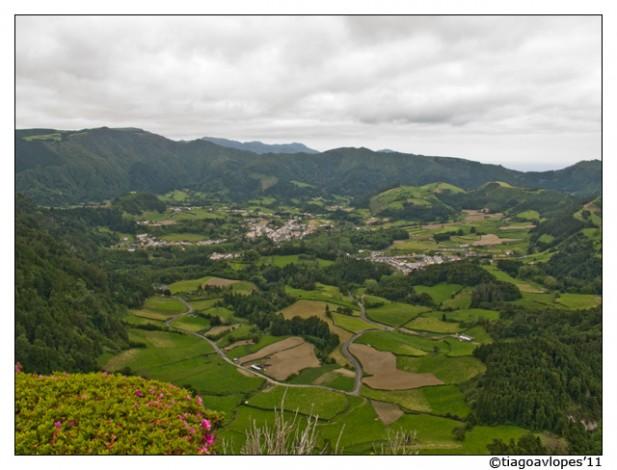 Foto de terrenos e população da Ilha de São Miguel, Açores.