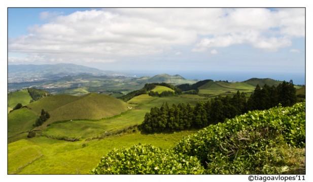 Foto de montes e horizonte na Ilha de São Miguel, Açores.