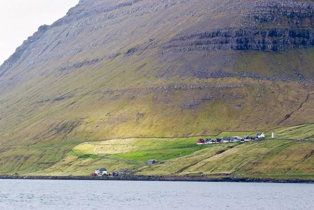 Foto de Syðradalur (Kalsoy) nas Ilhas Faroé.