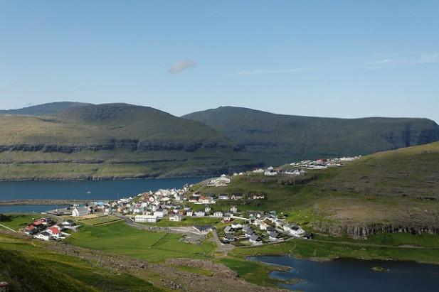 Foto de vila nas Ilhas Faroé.