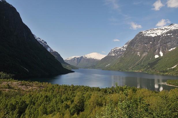 Foto de montanhas em Kjenndalsbreen, Noruega.