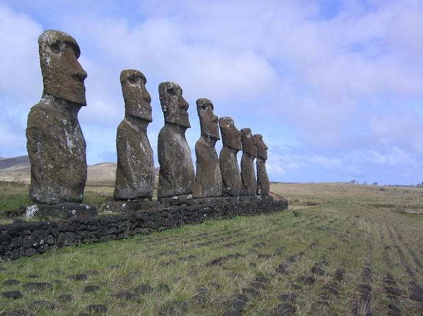 Foto de vários Moai da Ilha da Páscoa.