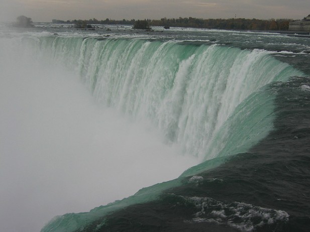 Foto das Niagara Falls de frente.