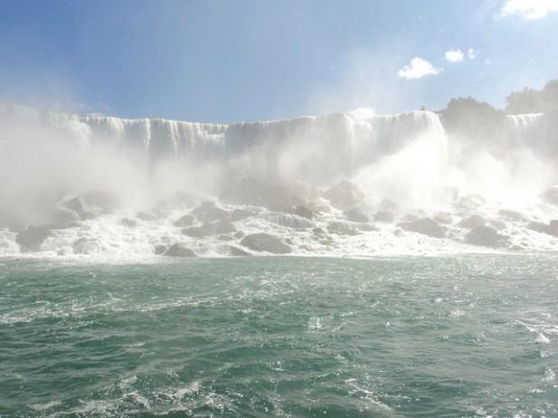 Foto das Niagara Falls de baixo.