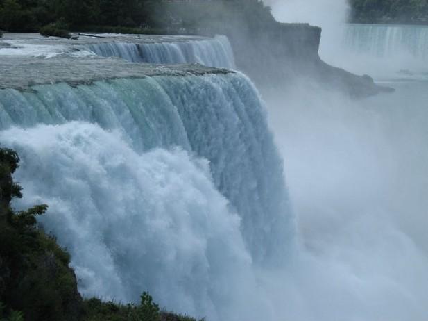 Foto das Niagara Falls de lado.