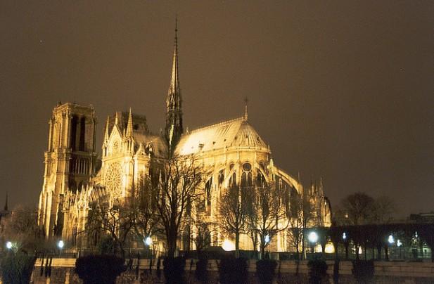 Foto noturna de Notre Dame em Paris.