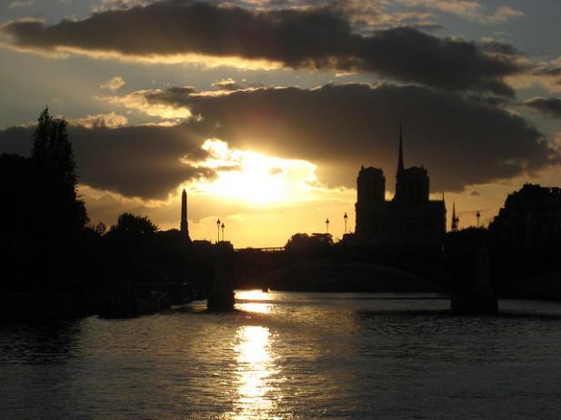 Foto do pôr do sol em Paris, França.