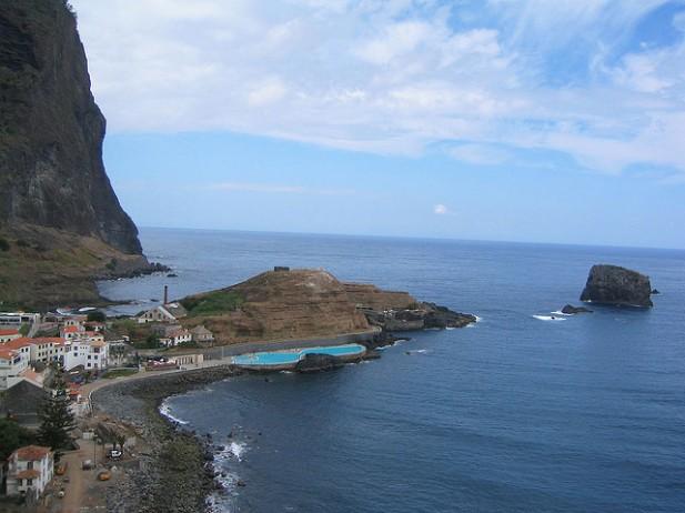 Foto de vila de Porto da Cruz e oceano.