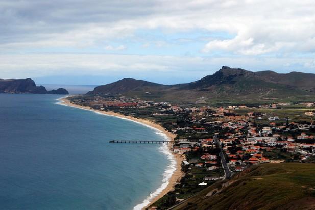 Foto com a vista sobre a vila e mar que banha o Porto Santo.