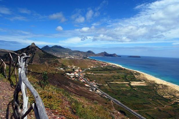 Foto com a vista sobre a vila e campos do Porto Santo.