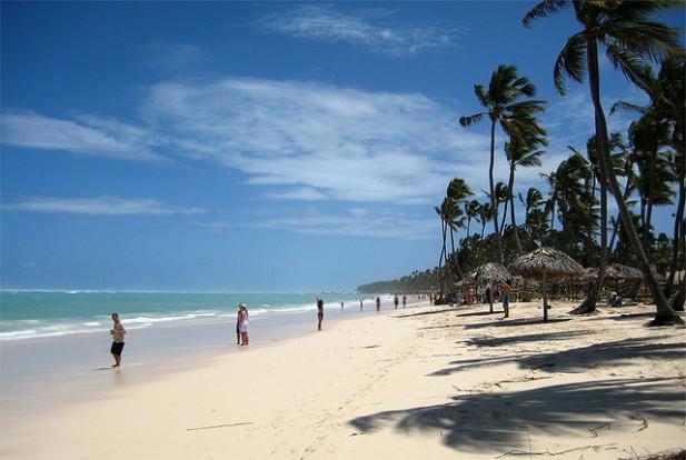 Foto de praia e com águas azuis e areia branca em Punta Cana.