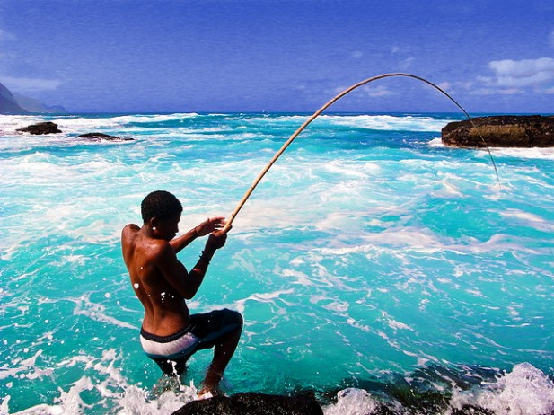 Foto de rapaz a pescar em Cabo Verde.