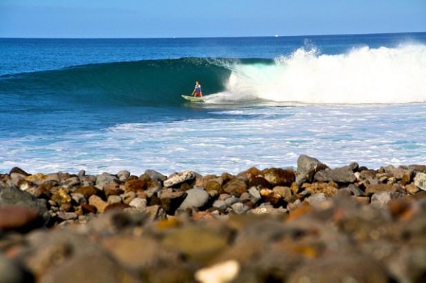 Foto de surfista em Cabo Verde.