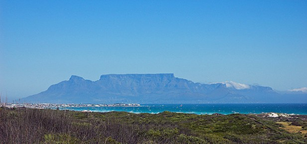 Foto de Table Mountain visto da reserva natural de Koeberg.