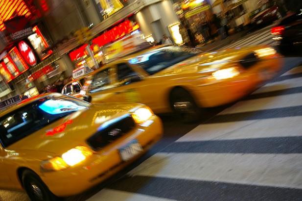 Foto de vários táxis de Nova Iorque.