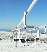 Foto de teleférico com neve na Serra da Estrela.