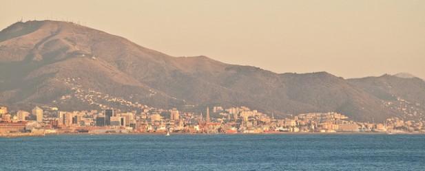 Foto da cidade de Génova ao pôr-do-sol.