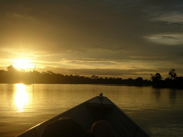 Foto de pôr-do-sol na Amazónia, Brasil.