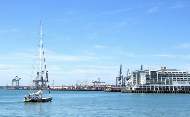 Foto de iate, mar e porto em Auckland.