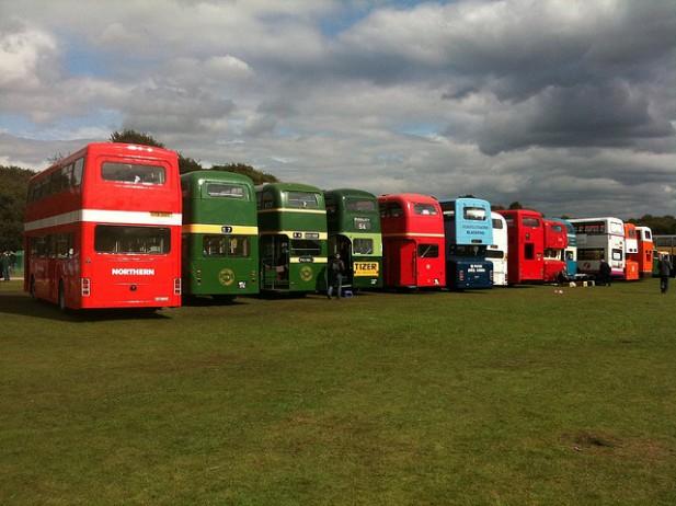 Foto de vários autocarros alinhados.