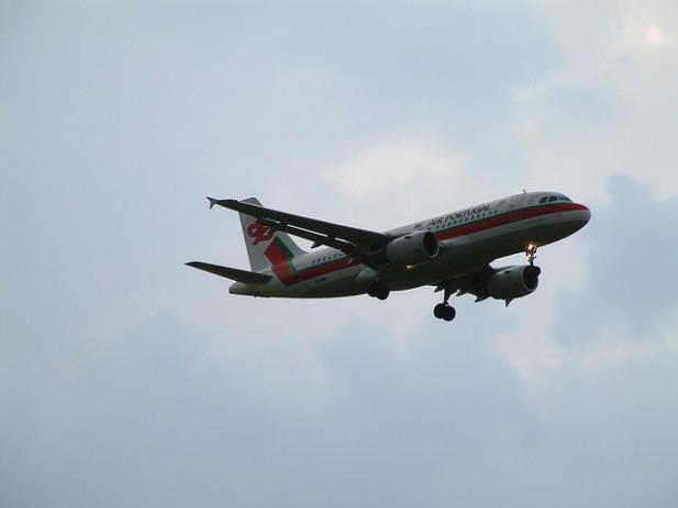 Foto de avião a pousar.