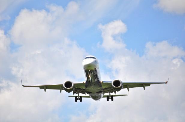 Foto por debaixo de avião a voar.