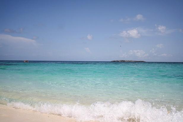 Foto de mar e areia nas Bahamas.