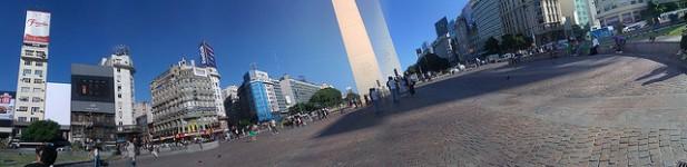 Foto panorâmica de Obelisco e edifícios.