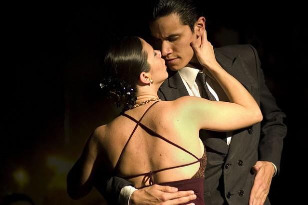 Foto de casal a dançar o tango.
